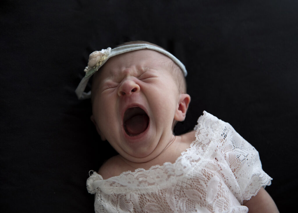 Gähnendes Newborn- babygirl