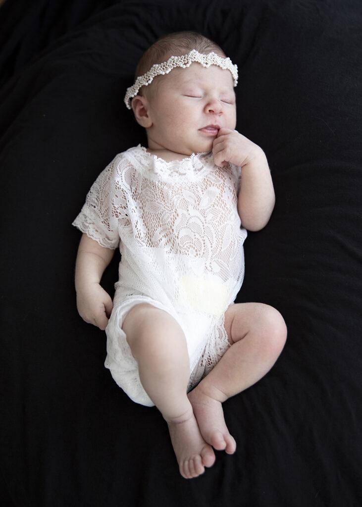 Newborn auf schwarzem Hintergrund